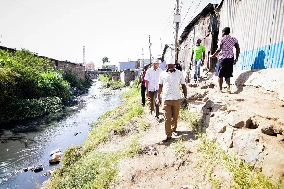 Peter Kenneth goes vote hunting in Mukuru slums, pulls a stunt