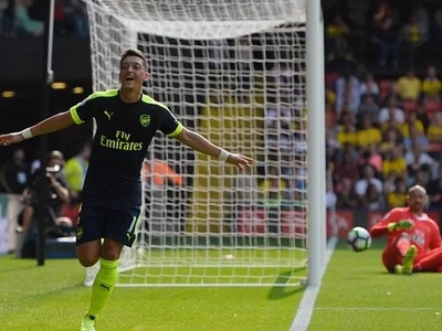 Arsenal smash Watford as Manchester United win in a dramatic game