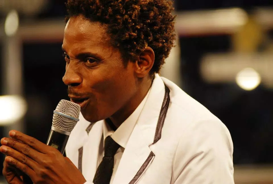 Eric Omondi does an impression of Jomo's wife in killer photo