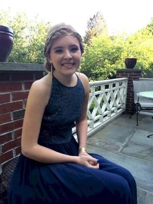 Ella falleció apenas dos meses después de graduarse. Sabes lo que uno de sus amigos hizo con su vestido? Es para llorar