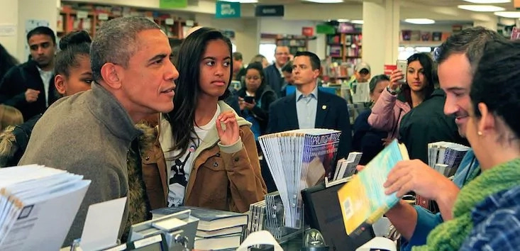 Malia with her dad Barack Obama at a bookstore