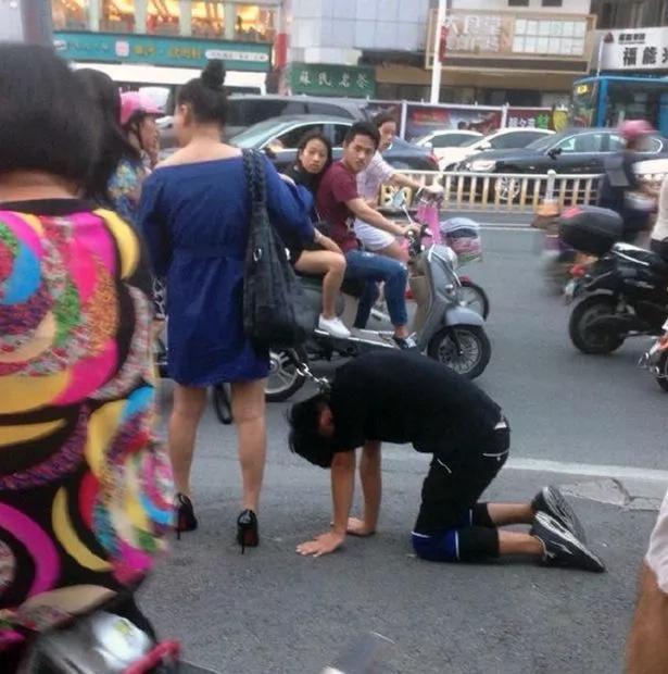 Mujer arrastra a su esposo por la calle con una correa de perro
