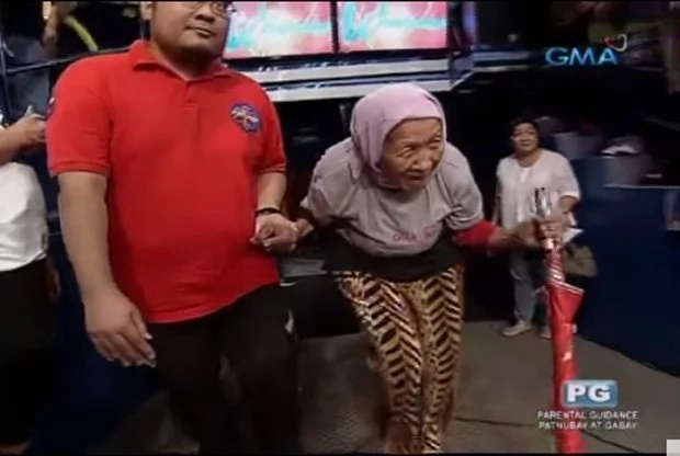 Old grandma cries after seeing Willie Revillame