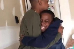 Teen who lives 2000km away from home pulls HUGE surprise on his brother, what happens next will leave you in TEARS (photo, video)