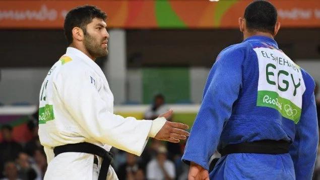 Judoca egipcio tiene un gesto reprochable con su rival israelí