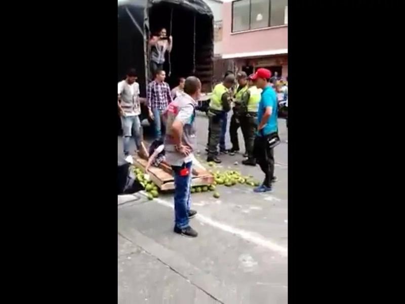 Policías persiguen a vendedor ambulante en Pereira