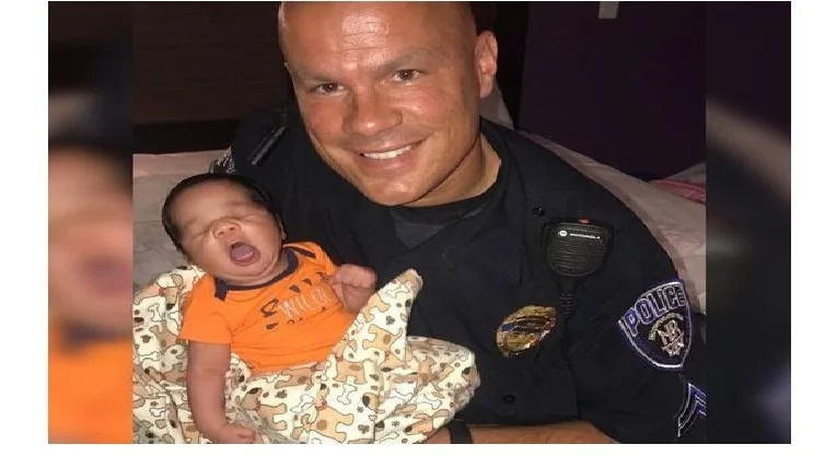 Homeless pregnant woman and a toddler found sleeping on sidewalk. Look what the cop did after seeing them!