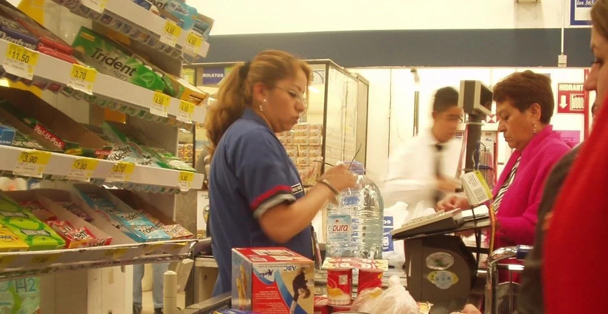 """Une femme a traité la caissière d'un supermarché de """"ratée"""" puis son patron a fait quelque chose qui laissa tout le monde sans voix"""