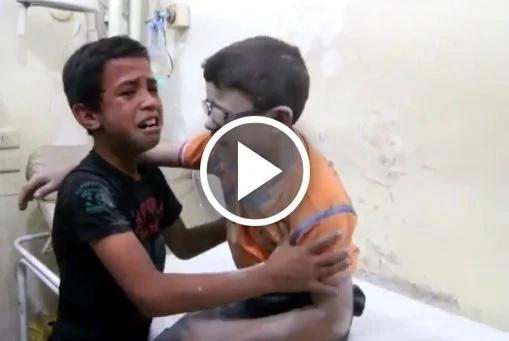Niños lloran desconsolados tras la muerte de su hermano en Alepo