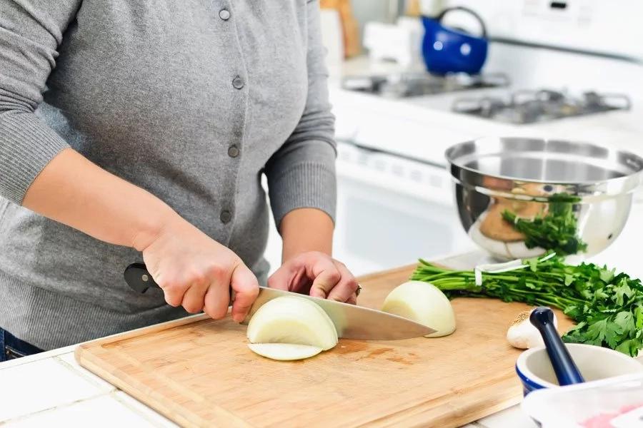 Si quieres cortar cebollas sin llorar solo necesitas tu horno microondas de esta manera