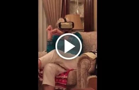 Esta abuela enloquece al probar la realidad virtual por primera vez