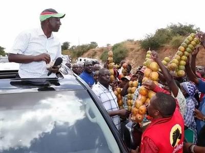 """Kwa mara nyingine William Ruto """"APIGWA MAWE"""" katika msafara wa kampeni"""