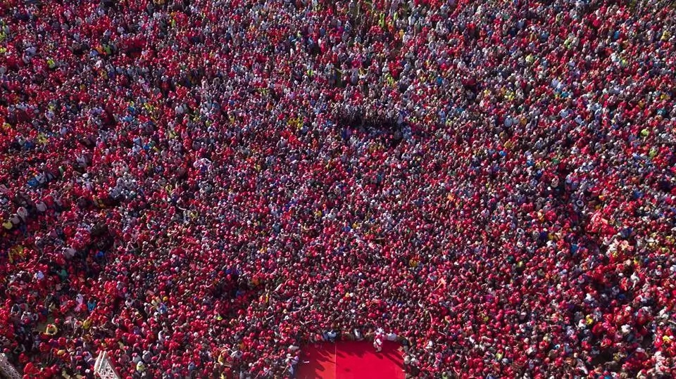 Uhuru leads thousands in prayer during his last campaign rally