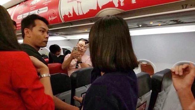 Flight attendant cries in pain after having a heated conflict with a passenger. Soon, the plane called for an emergency landing ...
