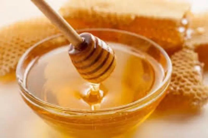 ¡NUNCA! se te ocurra darle miel a tu bebé antes del año, mira lo que puede sucederle