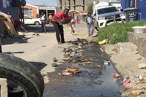 See taxi driver who takes initiative to keep his street clean SINGLE-HANDEDLY (photo)