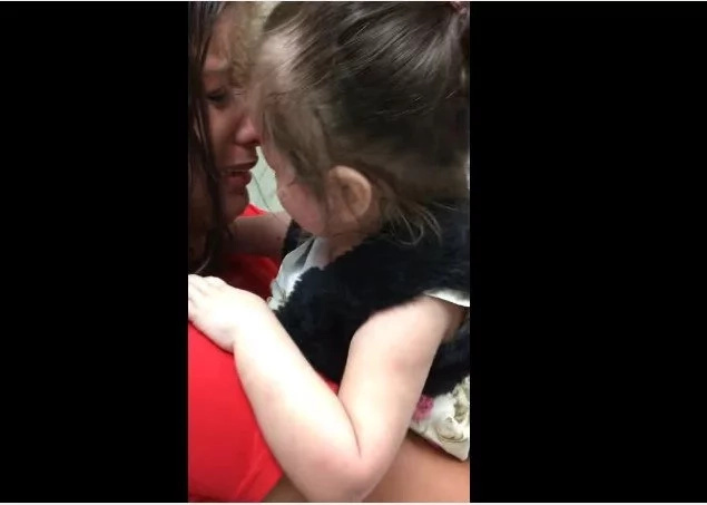Mira el momento en que esta niña ciega vio a su madre por primera vez… ¡INCREÍBLE!
