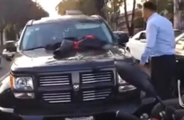 Este hombre caminaba a casa cuando vio su camioneta andando sola, cuando miró al interior descubrió algo horrible