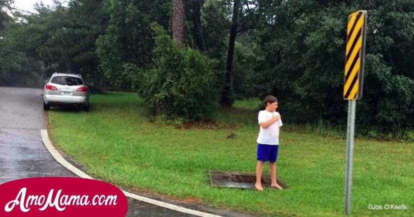 Niño de 9 años corría descalzo en una lluvia torrencial. De repente se detuvo y comenzó a llorar sosteniendo su mano sobre el corazón
