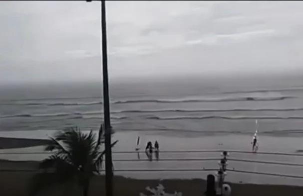 Graban momento exacto en que joven es impactada por un rayo, en una playa