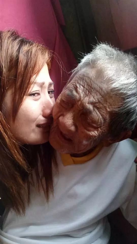 Filipina's care for grandmother touches the world