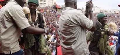 Scare as man outwits security during a Jubilee rallly and manages to reach Uhuru Kenyatta (photos)