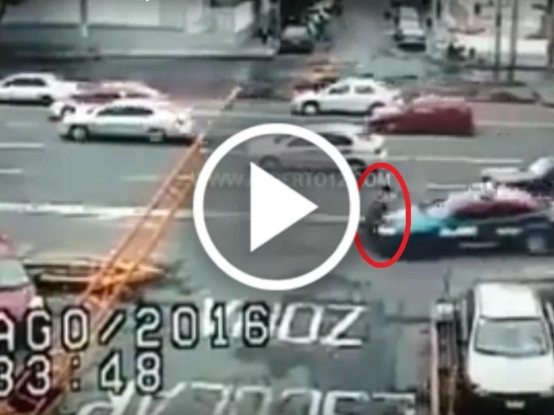 En video: una patrulla atropella a una mujer y una niña en México