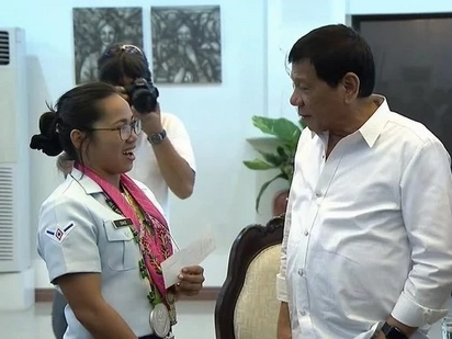 Hidilyn Diaz receives additional P2M from Duterte