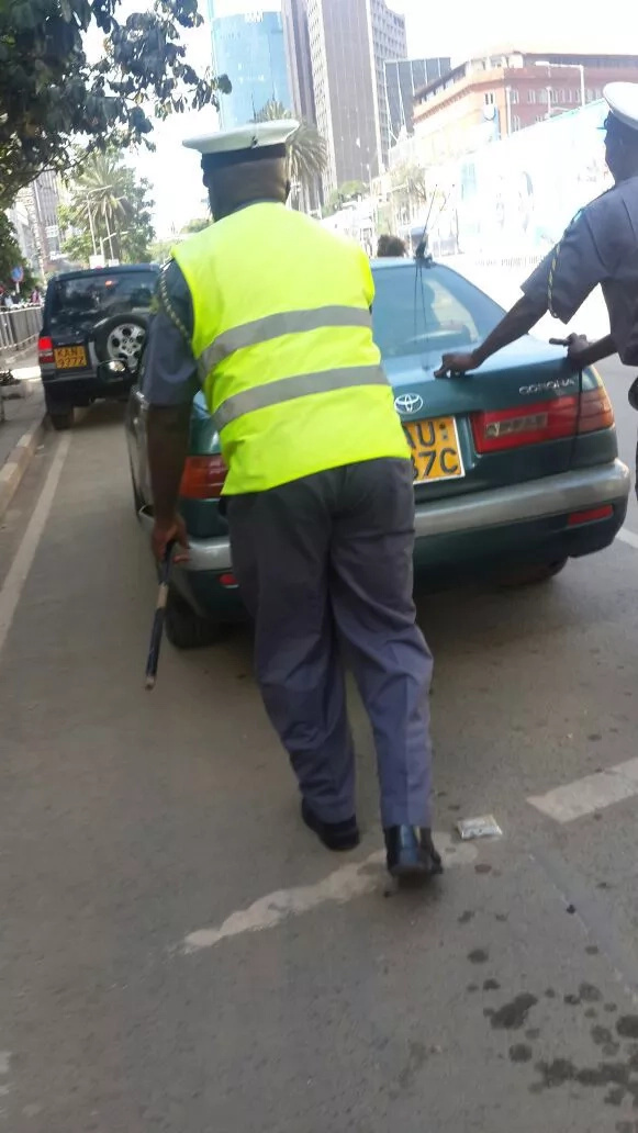 See 'Kanjo' helping a man whose car stalled on a busy street
