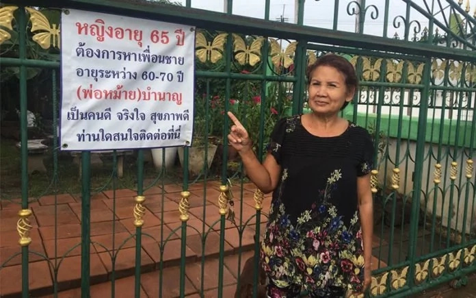 Sompong put up a sign outside her home asking for interested suitors. Photo: Oddity Central