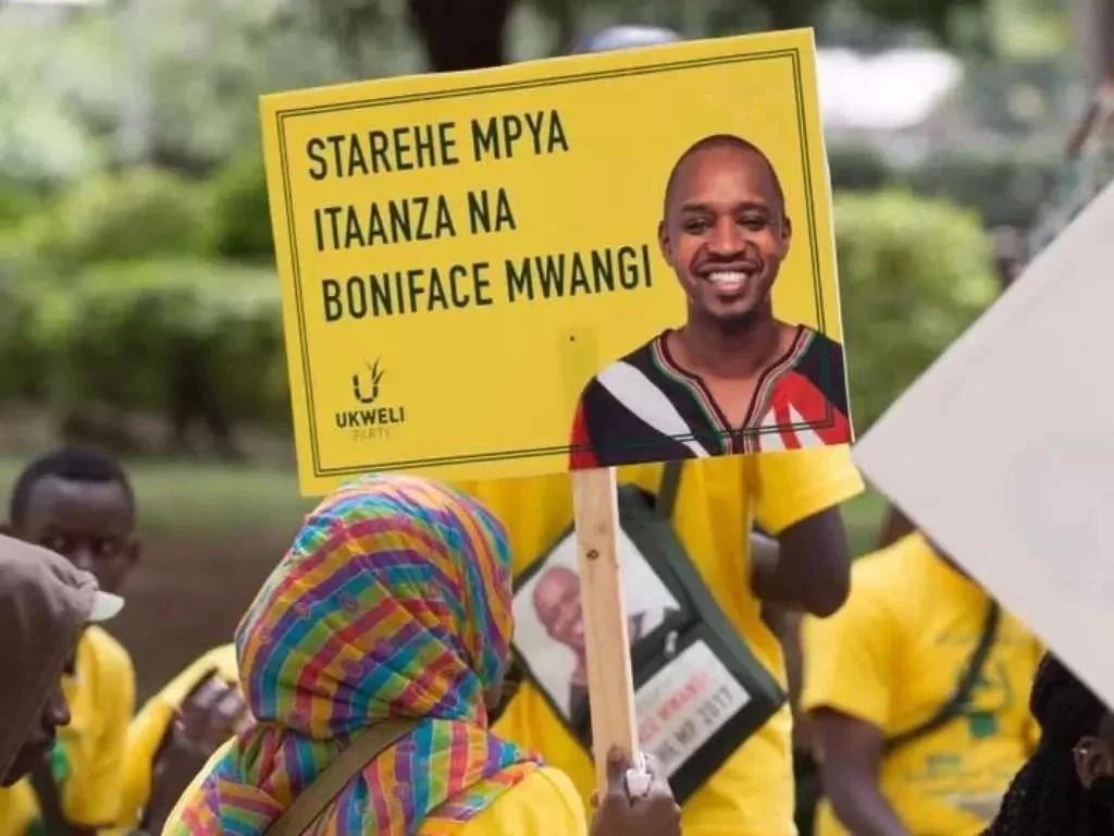 Mgombeaji wa ubunge Nairobi abebwa kwa BODABODA baada ya kuidhinishwa na IEBC
