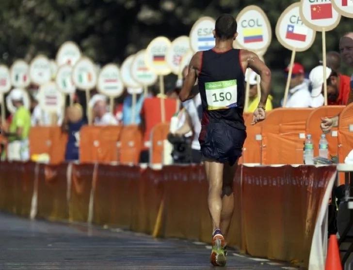Atleta francés no aguantó y defecó en su short mientras marchaba
