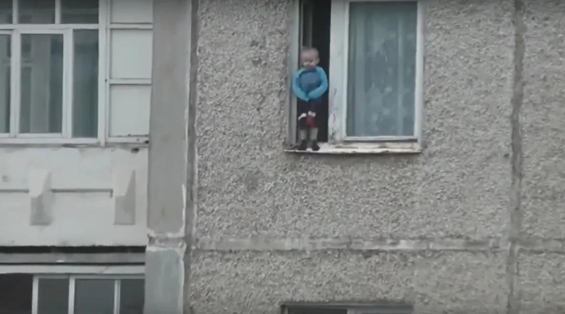 Garçon grimpé à travers la fenêtre sur le HUITIÈME étage sans tenir sur rien du tout, alors les voisins ont fait ceci
