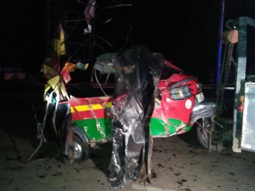 Five people dead after an oil tanker fell on Tuk Tuk