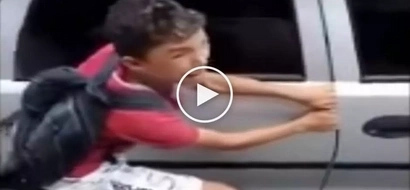 Sobrang brutal naman! Angry victims punish young thief by crushing his fingers with car door