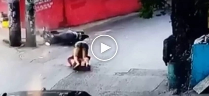 Sobrang sakit nun! Reckless Pinoy motorcycle rider violently crashes into electric post in Quezon City