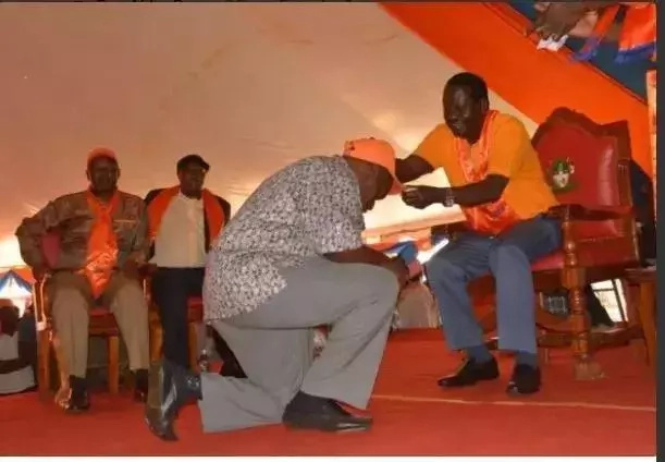 Picha za waniaji wa ODM wakipiga magoti mbele ya Raila zazua mjadala
