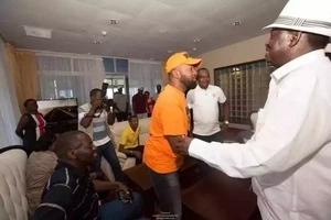Joho amkaribisha Raila kwa njia ya kipekee kabla ya mkutano mkubwa zaidi kuwahi kufanyika (picha)