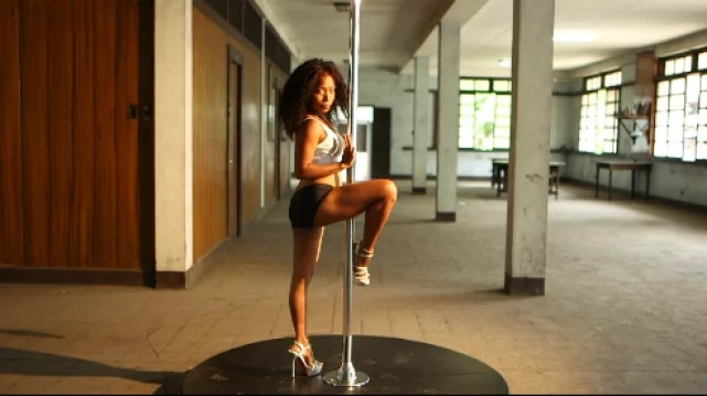 Netizens salute pole-dancing mom for her strength and drive