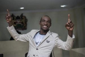 """Mcheshi """"Mkristo"""" anaswa akiwa amelewa VIBAYA Nairobi (video)"""