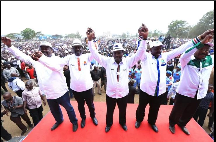 Raila Odinga amuiga Uhuru na kujitokeza na shati lililo na mtindo wa kipekee (picha)