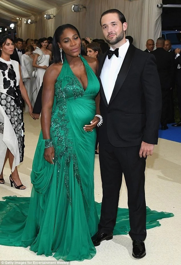 Serena Williams makes stunning appearance at the Met Gala, boasting her BABY BUMO (photos, video)