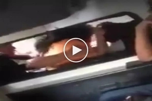 Mga babaeng palaban! 2 Furious Pinay commuters get into violent physical fight inside UV express
