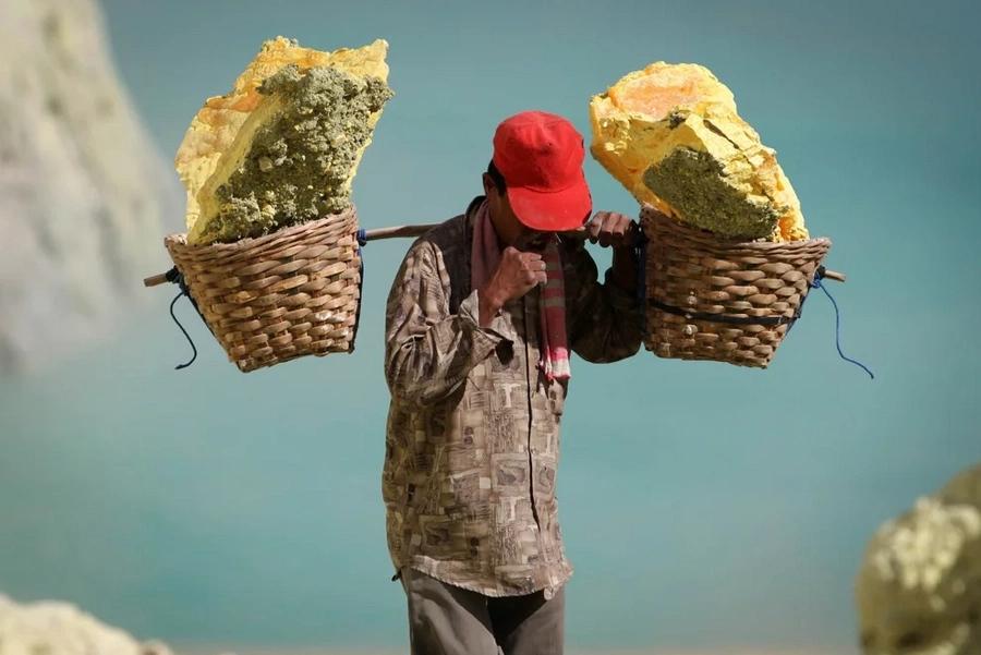 Sulfur mining in Ijen volcano is dangerous to workers' health