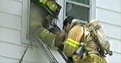 Valiente bombero salta a edificio en llamas para salvar a un bebé