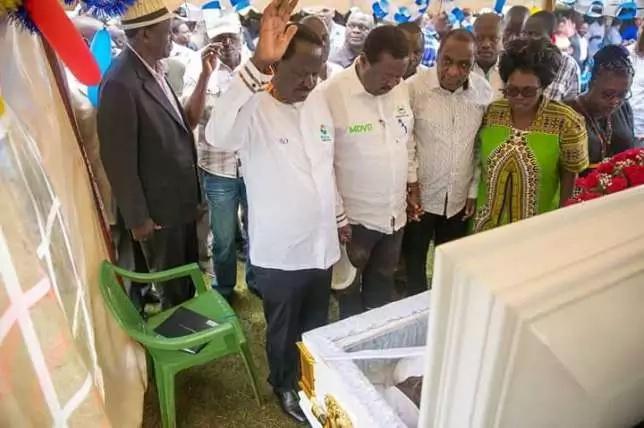 Mara 8 Raila amepigwa picha katika 'hali yake' wakati wa kuona miili