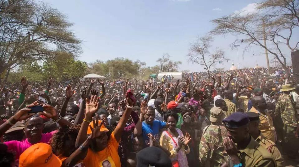 Hata baada ya kufyatuliwa risasi Turkana, Raila apokelewa kwa SHANGWE eneo la Kakuma