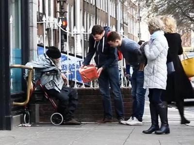 Generosos jóvenes sorprendieron a personas sin hogar dándoles regalos