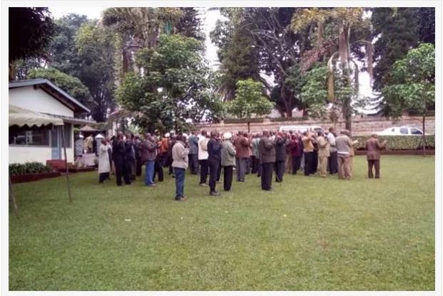 Kikuyu elders hold prayers for Uhuru's victory at his rural home