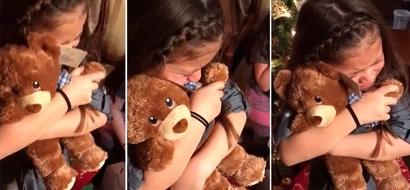Niñas pequeñas quedaron llorando de emoción por los ositos de peluche con al voz de su abuelo fallecido